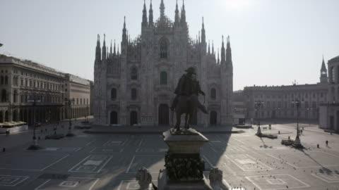 vidéos et rushes de milan italie covid-19 outbreak aerial view piazza duomo - italie