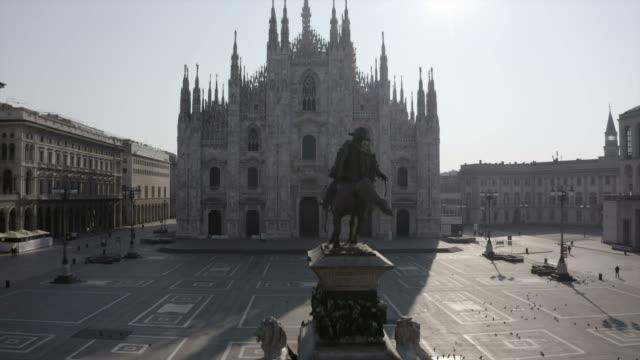 mailand italien covid-19 ausbruch luftblick piazza duomo - italien stock-videos und b-roll-filmmaterial