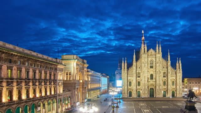 4k: milan piazza del duomo and duomo di milano, italy, dawn to sunrise time lapse - milan video stock e b–roll