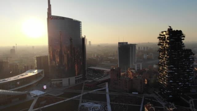 skyline di milano, tramonto incredibile, grattacieli moderni, 2019 - milano video stock e b–roll