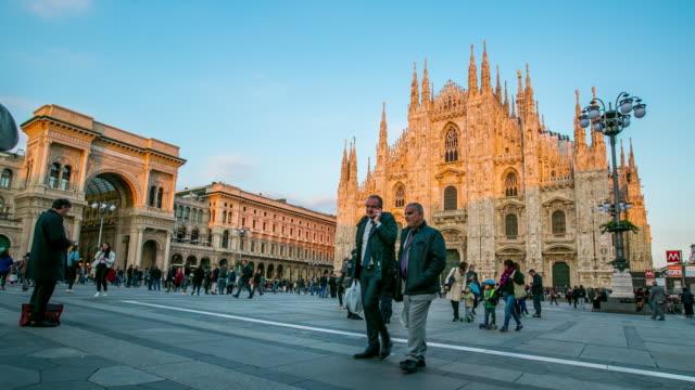 milano cattedrale duomo centro città al mattino - lombardia video stock e b–roll