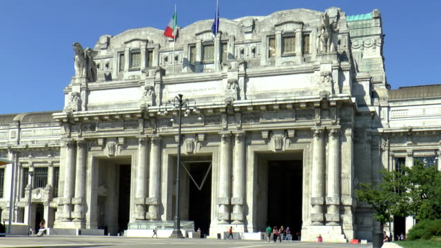 milano centrale e milano, italia - milan railway video stock e b–roll