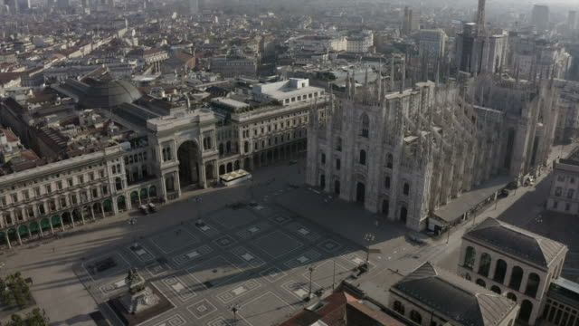 stockvideo's en b-roll-footage met 24 milano italia aerial view piazza duomo kathedraal monument landmark - lockdown