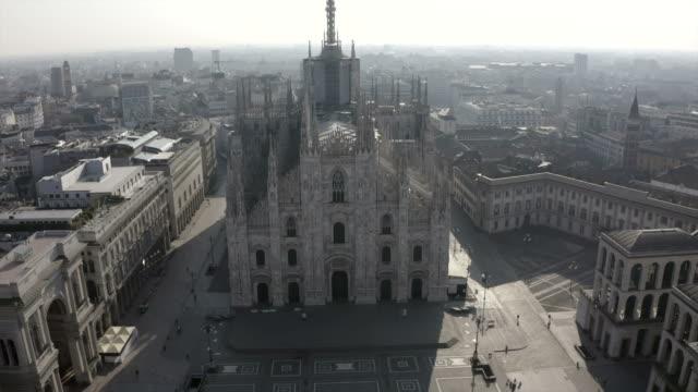 22 milano italia covid-19 pandemic drone view piazza duomo cathedral - milano video stock e b–roll