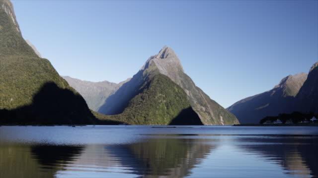 vidéos et rushes de réflexion de milford sound mitre peak - lac reflection lake