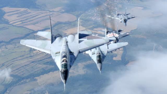 vídeos y material grabado en eventos de stock de había aviones vuelo en formación. búlgaro y polaco mikoyan mig 29 - air force