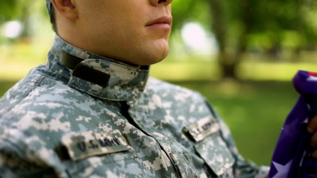 vídeos y material grabado en eventos de stock de agente militar con bandera americana, orando por el país, memorias de la guerra, fe - memorial day