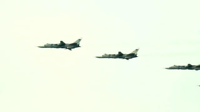 Bидео military aircraft in the sky
