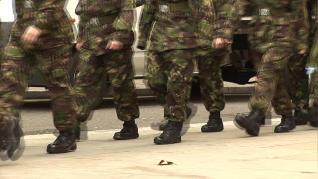 vídeos y material grabado en eventos de stock de military army soldiers/soldados marchando de camuflaje al aire libre - brigada