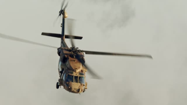 military blackhawk helicopter during a rescue mission in a base - helikopter filmów i materiałów b-roll