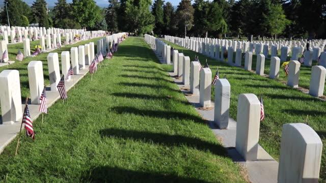 военное кладбище, украшенное к дню памяти - memorial day стоковые видео и кадры b-roll