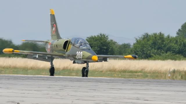 vídeos de stock, filmes e b-roll de avião de combate militar l-39 close up após aterrissar em câmera lenta - domínio