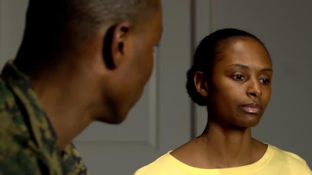 militärische paar mit emotionalen gespräch - ehefrau stock-videos und b-roll-filmmaterial