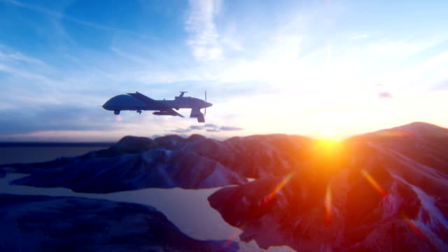 군사 무인 항공기는 일출에서 사막 산 평야를 통해 날아. 군사 무기의 개념입니다. - 무인항공기 스톡 비디오 및 b-롤 화면