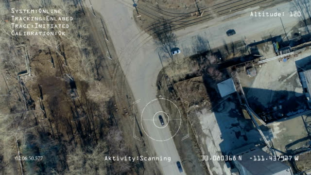 軍の無人機は、街の通りをスキャンし、ビデオ信号をモニターに送信します。 - スパイ点の映像素材/bロール