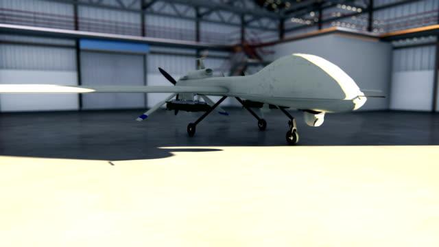 화창한 날에는 군용 무인 항공기가 격납고에 자리 잡고 있습니다. - 무인항공기 스톡 비디오 및 b-롤 화면