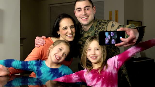 militär familie selfie foto braucht - wohngebäude innenansicht stock-videos und b-roll-filmmaterial