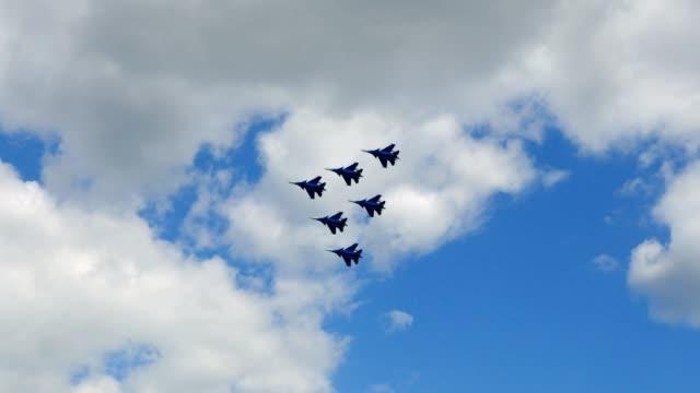 vídeos y material grabado en eventos de stock de combatientes militares volando uno al lado del otro en acrobacia aérea contra el cielo - air force