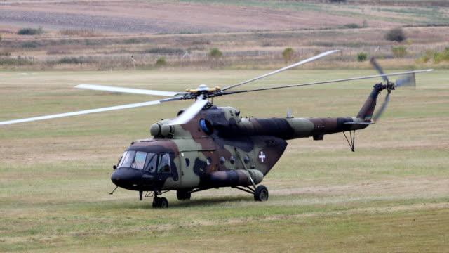 elicottero militare in piedi a terra - decollare attività video stock e b–roll
