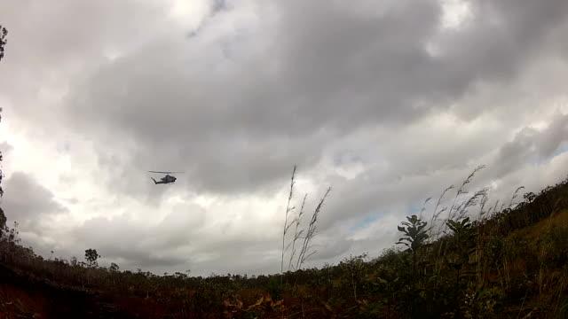 vidéos et rushes de hélicoptère militaire - mitrailleuse