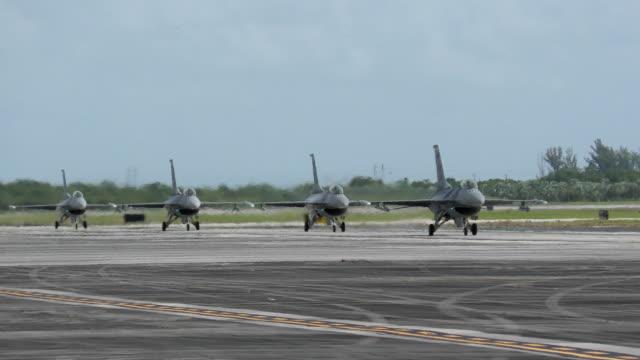 地上タキシング軍用ジェット機 - デイフェンス点の映像素材/bロール
