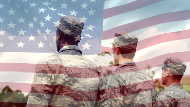 wojskowi w mundurze i amerykańskiej flagi - american flag filmów i materiałów b-roll