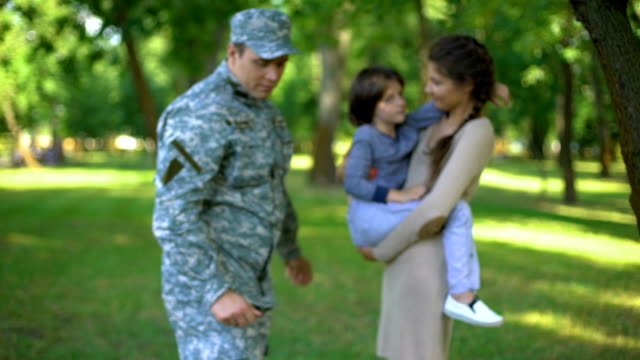 vídeos de stock e filmes b-roll de military officer with wife holding son behind, safe future, american nation - regresso ao lar