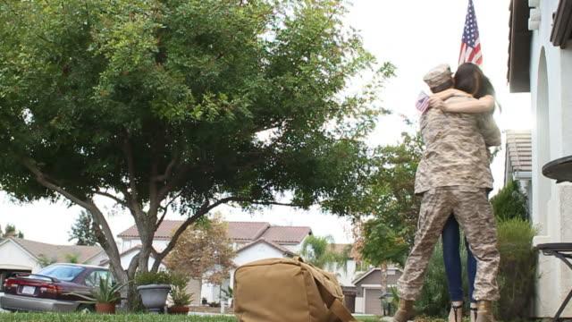 Militärische Soldat Rückgabe von Einsatz Low Angle – Video