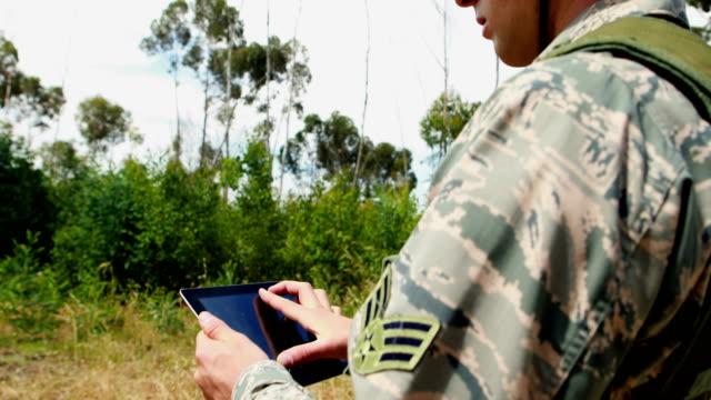 Militärische Soldat mit digital-Tablette während Übung – Video