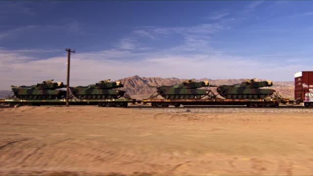 vidéos et rushes de militaire réservoirs transportée via un transport train de lourd. - armement