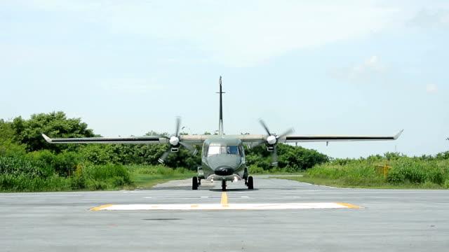 vídeos de stock e filmes b-roll de military transport aircraft taking off - fuzileiro naval