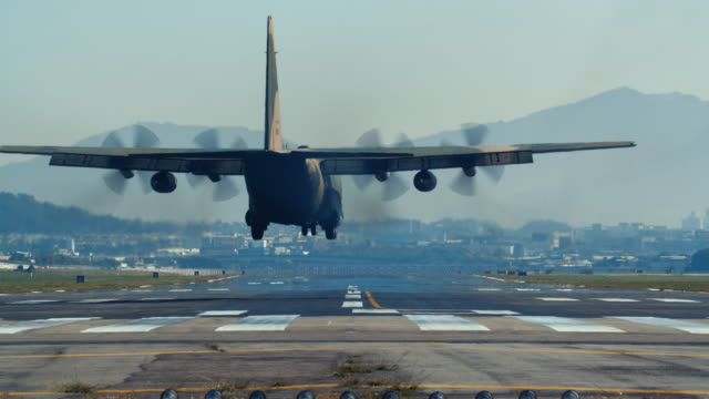 vídeos y material grabado en eventos de stock de transporte militar volando encima de la cabeza - air force