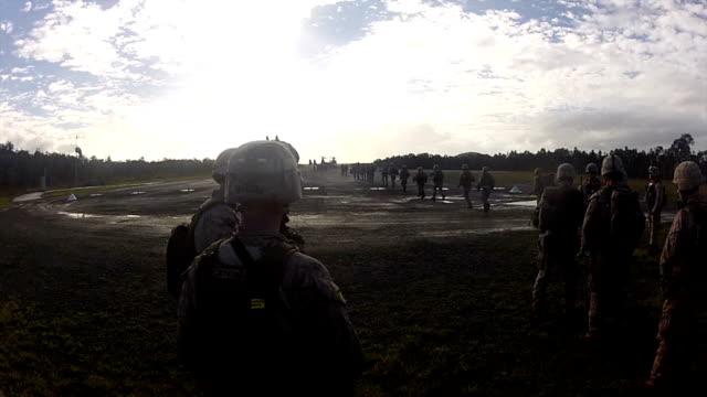 vidéos et rushes de de transport militaire - mitrailleuse