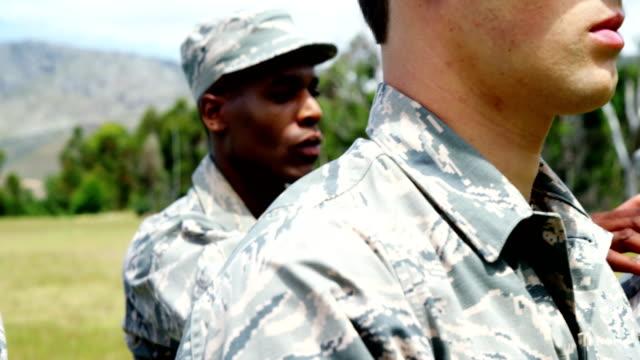 stockvideo's en b-roll-footage met militaire troepen eedaflegging in boot camp 4k - swearing