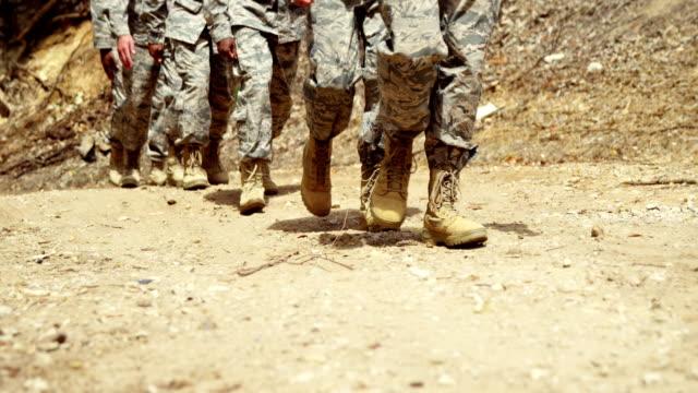 vidéos et rushes de troupes militaires marchant au camp d'entraînement 4k - bottes