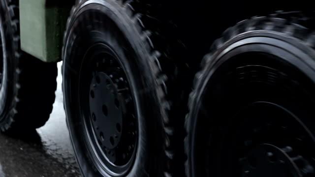 vídeos y material grabado en eventos de stock de ruedas de camión militar - brigada