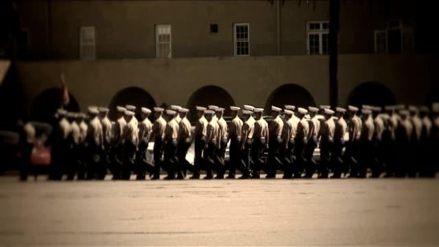 vídeos de stock e filmes b-roll de military_procession_4725b_hd - fuzileiro naval