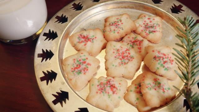vidéos et rushes de lait et biscuits noël gauche pour le père noël en 4k - saint nicolas