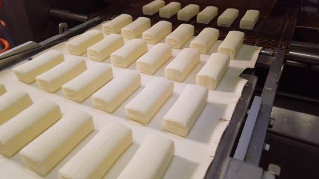 milchkonservenanlage. herstellung von glasierte sweet curd bars und wafer cones - quark stock-videos und b-roll-filmmaterial