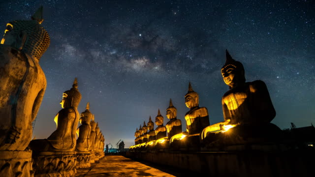 milky way above buddha statues - tempio video stock e b–roll