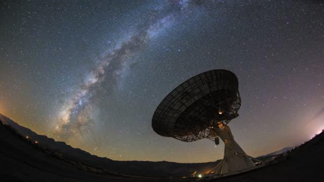 4k milchig weise galaxy nacht zeitraffer pässe riesige satellitenschüssel - satellit stock-videos und b-roll-filmmaterial