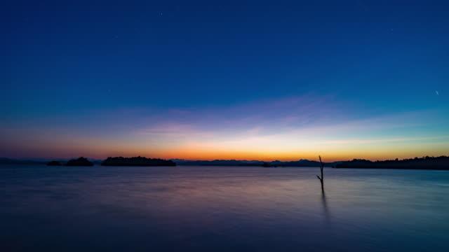아름 다운 산과 호수 위에 은하계, 밤 시간 랩 스 비디오에 하루 - 낮 스톡 비디오 및 b-롤 화면