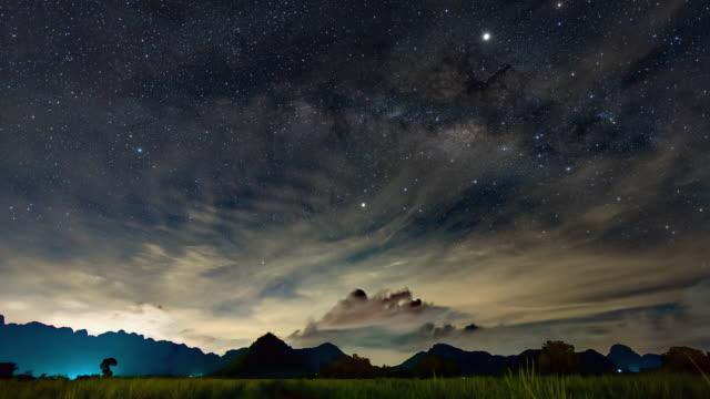 風光明媚な山の上の天の川銀河、タイムラプスビデオ ビデオ