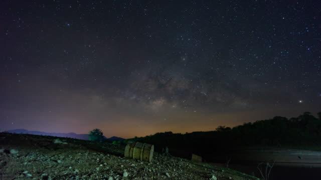 天の川銀河の上の風光明媚な山、タイムラプスビデオ ビデオ