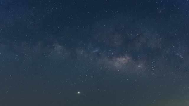 samanyolu galaxy time lapse lampang tayland, evren galaksi samanyolu zaman atlamalı, doğa mavi, koyu samanyolu, galaksi görünümü, yıldız hatları, gökyüzü arka plan üzerinde timelapse gece gökyüzü yıldız. 4k' ya. - ünlüler stok videoları ve detay görüntü çekimi