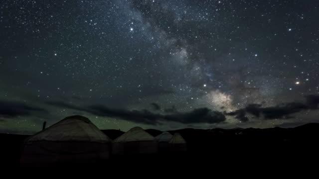 天の川パオキャンプ上の雲星空を越えて移動は - キャンプ点の映像素材/bロール
