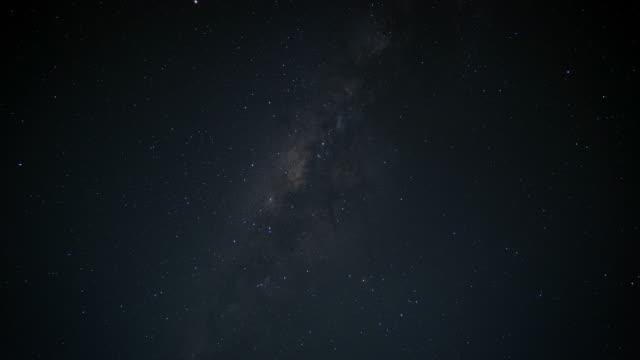 vídeos y material grabado en eventos de stock de vía láctea en el cielo de la noche - constelación