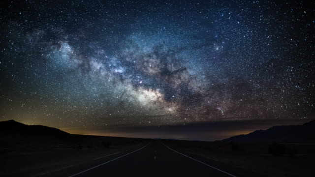 milky way over country road - death valley, usa - 4k nature/wildlife/weather - goals filmów i materiałów b-roll