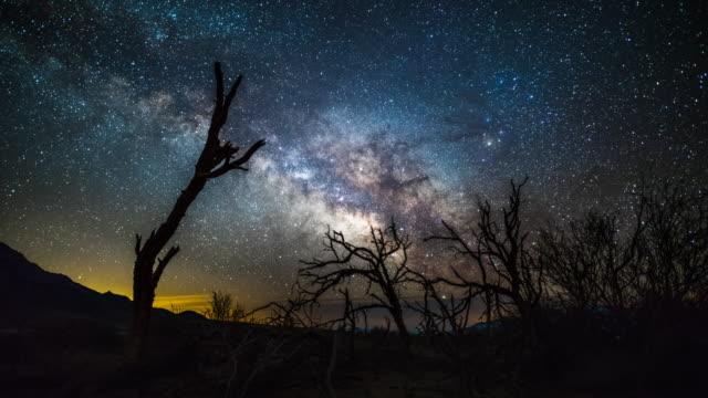 vídeos de stock e filmes b-roll de milky way over death valley - time lapse - parque nacional do vale da morte