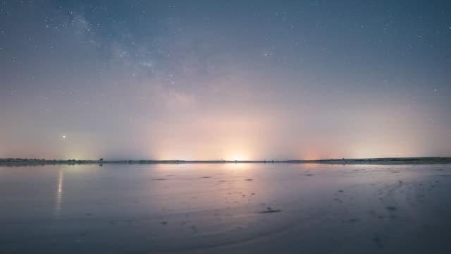 vidéos et rushes de voie lactée s'élevant au-dessus de la lagune - lac reflection lake